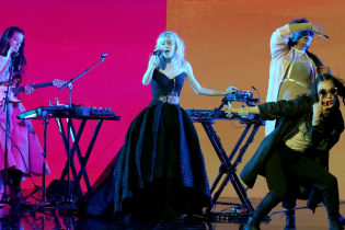 """Grimes Give Stunning Performance of """"Flesh Without Blood"""" on 'The Tonight Show'"""