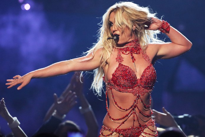 """Watch Britney Spears & G-Eazy Perform """"Make Me"""" at the 2016 VMAs"""
