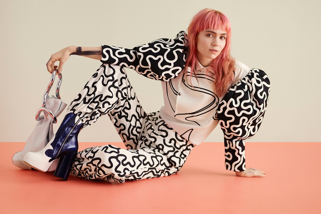 """Grimes Shares """"Medieval Warfare"""" & Reveals """"Dead Serious"""" Plans to Become an MMA Fighter"""