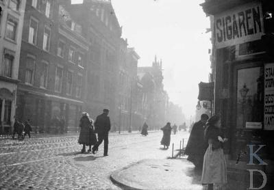 "George Hendrik Breitner, ""View of Schiedamsedijk and the corner with Leuvebrugsteeg"""