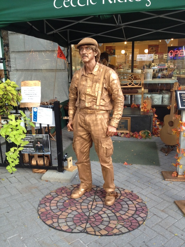 """Matt Killroy, """"The Irish Street Musician, Celtic Kilroy"""" (2013). Performance and living sculpture located in downtown Grand Rapids. (all images by the author for Hyperallergic)"""