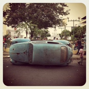 """Instalación """"Volkswagen Neutropolitan Attack"""" por Crack Rodríguez – Plaza Morazán, calle Teatro Nacional, Centro San Salvador, CIRCA 2012."""