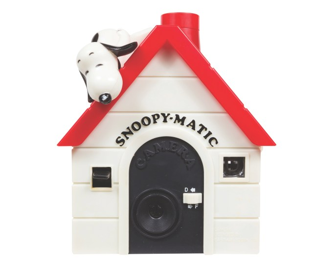 Snoopy-Matic Manufactured in Hong Kong for Helm Toy Corp. Year: 1980. Film: 126. Flash: flash cubes.