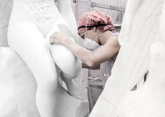 Henryk Hetflaisz, photo of Sem Evelina working on an angel sculpture by Damien Hirst