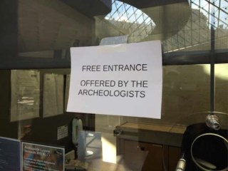 A sign on a Louvre ticket booth put up by protesting archaeologists (photo courtesy CGT-Sud-FSU-CNT, via cgt-culture.fr)