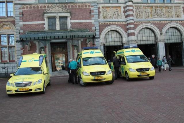 Volunteer ambulances outsider the Rijksmuseum (courtesy Stichting Ambulance Wens)