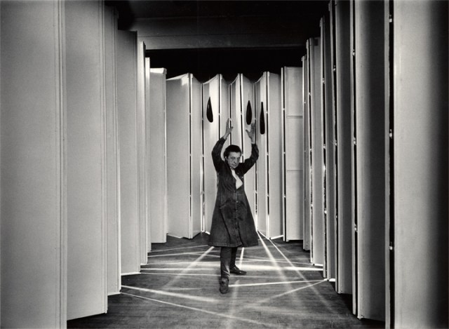 """Louise Bourgeois inside """"Articulated Lair"""" (collection MoMA, NYC) in 1986 (photo © Peter Bellamy, art © The Easton Foundation / RAO, Moscow)"""