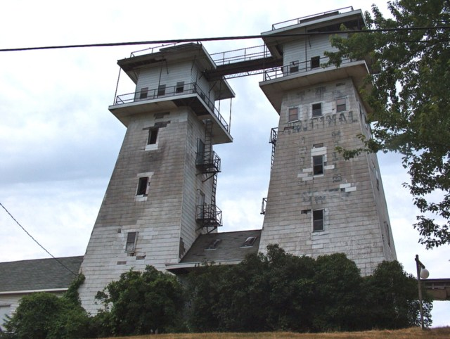 The Irish Hills Towers in Michigan in 2007 (photo by Angela/Flickr)