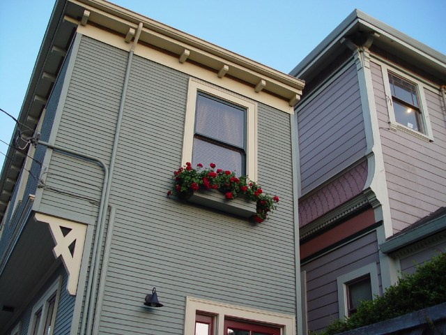 Closer view of the Alameda Spite House in 2008 (photo by Lisle Boomer/Flickr)