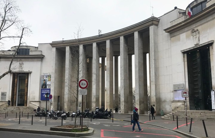 """The proposed future site of Jeff Koons's """"Bouquet of Tulips,"""" with the main entrance to the municipal Museum of Modern Art at left and the Palais de Tokyo contemporary art center at right. (photo by the author for Hyperallergic)"""