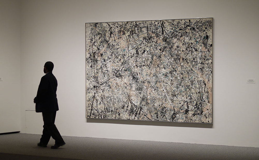 A guard and a Jackson Pollock painting at the National Gallery of Art in Washington, DC (photo by Detlef Schobert/Flickr)