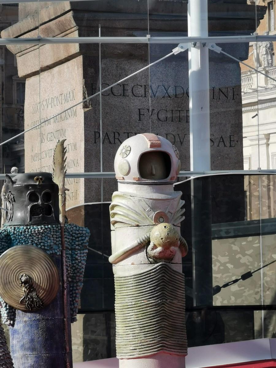 Tra le notizie dal mondo dell'arte di questa settimana, i bizzarri personaggi del presepe di Città del Vaticano.
