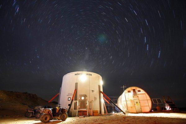 Após o dia de trabalho, os pesquisadores tem essa belíssima vista do céu noturno no deserto