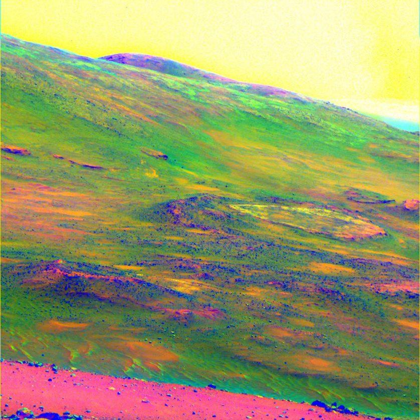 Imagem de cores falsas da área marciana chamada Home Plate, para enfatizar padrões de intemperismo de rocha, capturado pela sonda Spirit