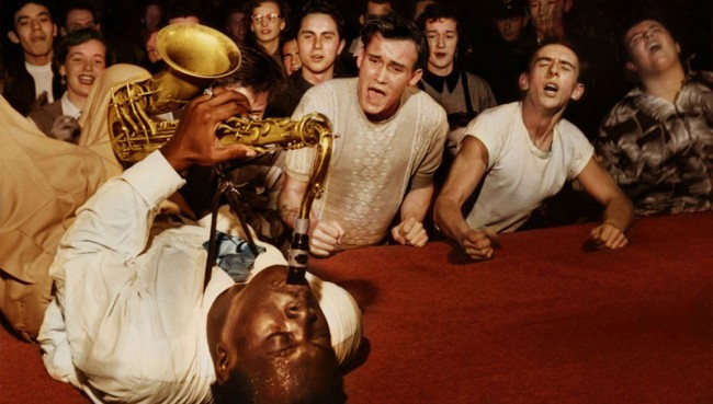 O saxofonista Big Jay McNeely toca no Olympic Auditorium, em Los Angeles, em 1953