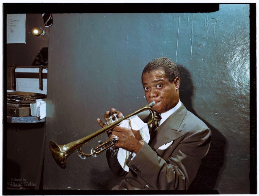 Louis Armstrong praticando nos bastidores em 1946