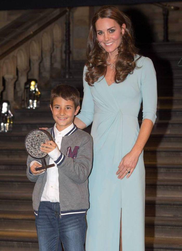 Carlos recebe o prêmio da duquesa de Cambridge, Kate Middleton