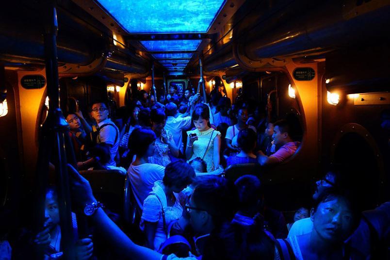 Essa foto feita no metrô de Hong Kong venceu o grande prêmio, além do primeiro lugar na categoria Pessoas. Fotografada por Brian Yen