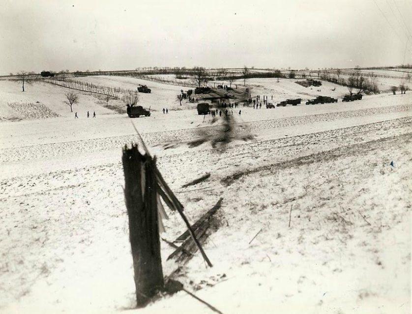 Caminho de um B-17 conforme fez um pouso forçado em um campo coberto de neve no front do 7º Exército.