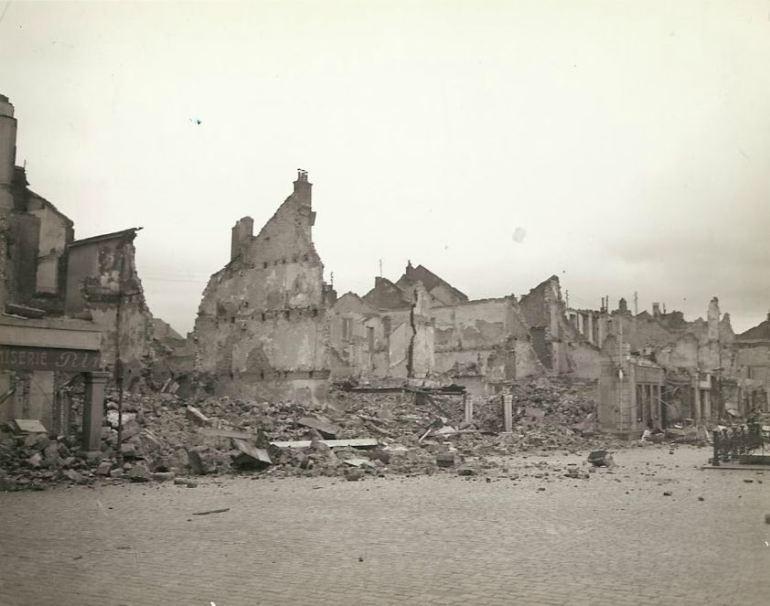 Edifícios destruídos e queimados na França. Eles foram bombardeados pelos alemães.