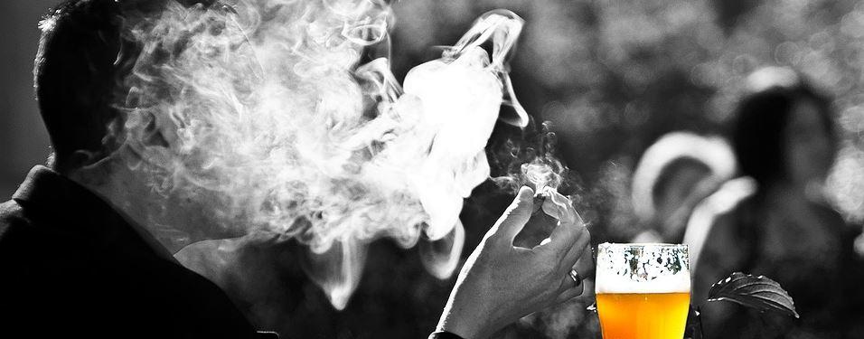 Der Gelegenheitsraucher - Raucher mit einem Glas Bier im Biergarten