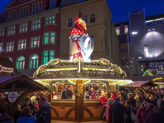 Glühweinstand auf dem Weihnachtsmarkt Halle am Abend