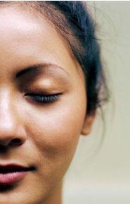 frau geschlossene augen hypnosetherapie hypnotherapie
