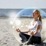 frau meditiert in seifenblase wohlfühlort selbsthypnose