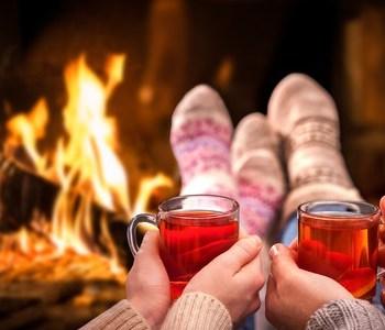 tee trinken kaminfeuer geschenkaktion weihnachten gemütlich angebot neues jahr hypnose