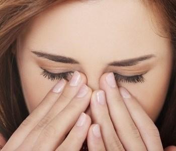 frau mit schmerzen schmerztherapie mit hypnose schmerzen lindern