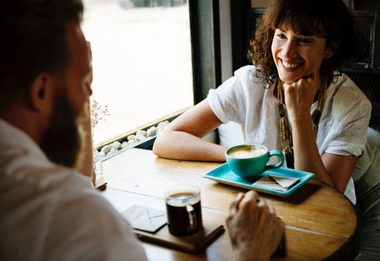 zwei menschen sprechen kommunizieren miteinander