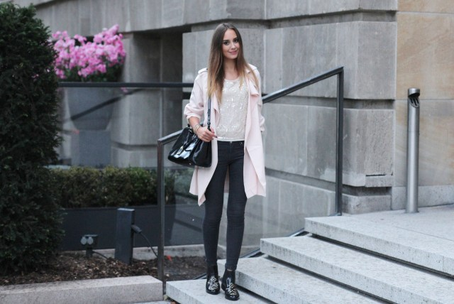 Rosa Trenchcoat Outfit 6
