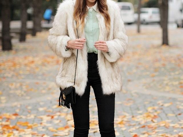 Hypnotized ist ein Modeblog aus Frankfurt. Hier zeigt Modebloggerin Helena ihr Outfit mit Felljacke aus Fake Fur. Mehr Streetstyles gibt es auf dem German Fashion Blog.
