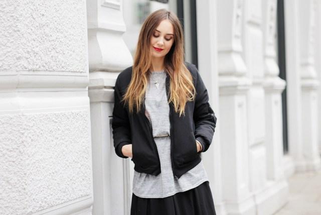 Modebloggerin Helena zeigt eine Outfit Kombination mit Rock im Herbst. Der German Fashion Blog shows a Streetstyle with a Maxi Skirt.