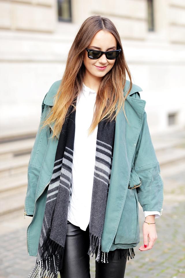 German Fashion Blogger Helena zeigt Herbst Outfit mit grünem Parka. Deutscher Modeblog aus Frankfurt zeigt Streetstyles und autumn Looks.
