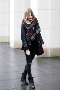 Modebloggerin Laura trägt einen schwarzen Look und kombiniert auf ihrem German Fashion Blog einen XXL-Schal mit Lederjacke.