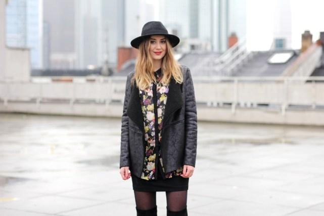 Deutsche Modebloggerin Helena auf den Dächern Frankfurts. Skyline Blick