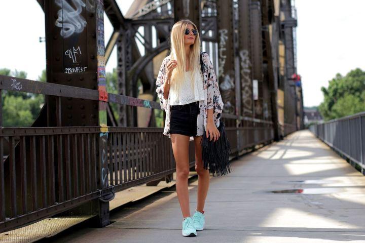 Modebloggerin Laura trägt zu ihren neuen adidas neo Sneakern eine High Waist Shorts und einen Blumen Kimono.