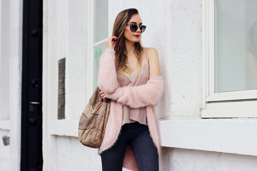 Modeblog-German-Fashion-Blog-Outfit-Rosa-Cardingan-Jeans-Look-11