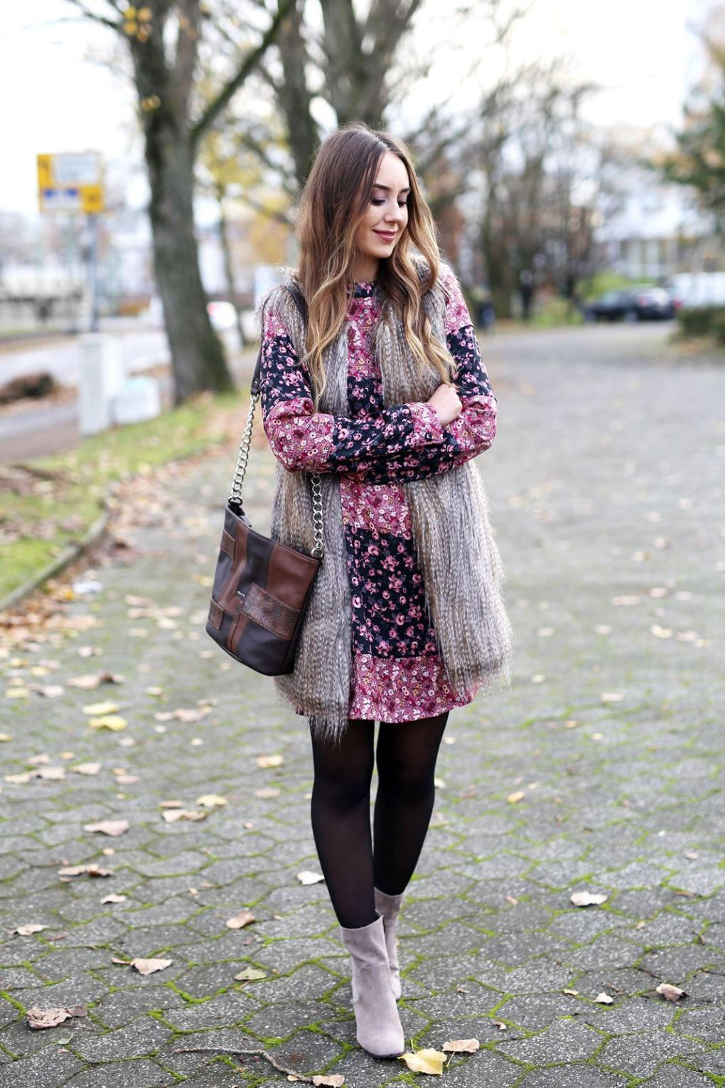 modeblog-german-fashion-blog-outfit-bluemchenkleid-fake-fur-weste-2