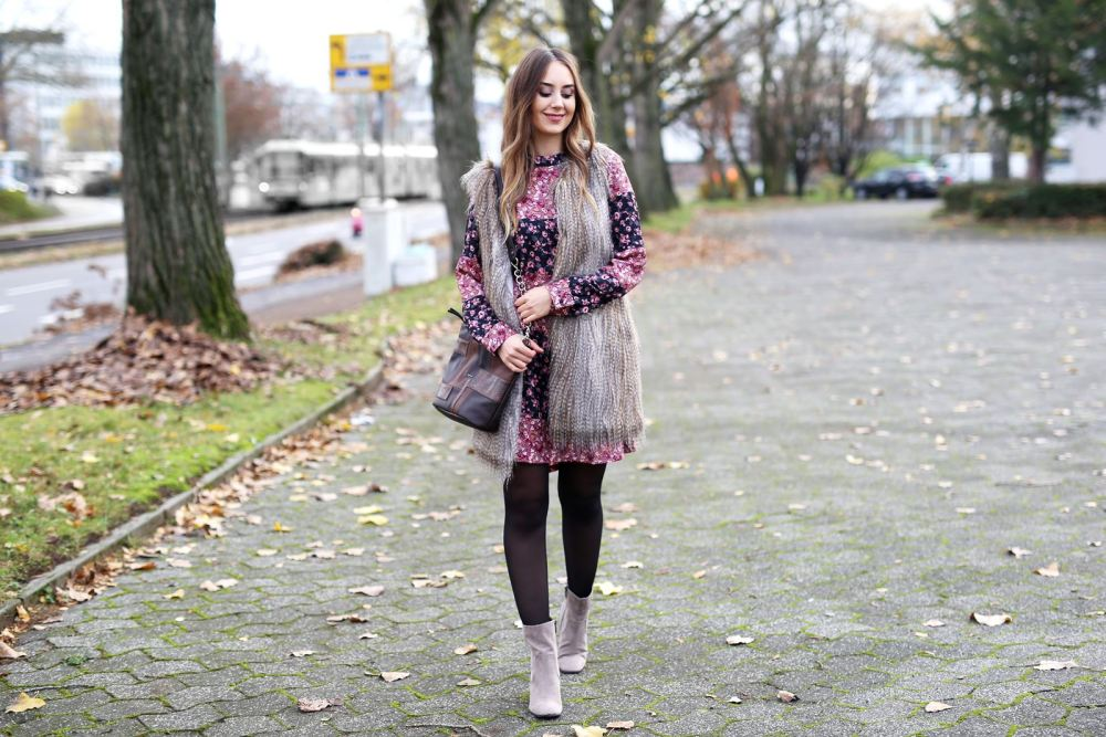 modeblog-german-fashion-blog-outfit-bluemchenkleid-fake-fur-weste-3