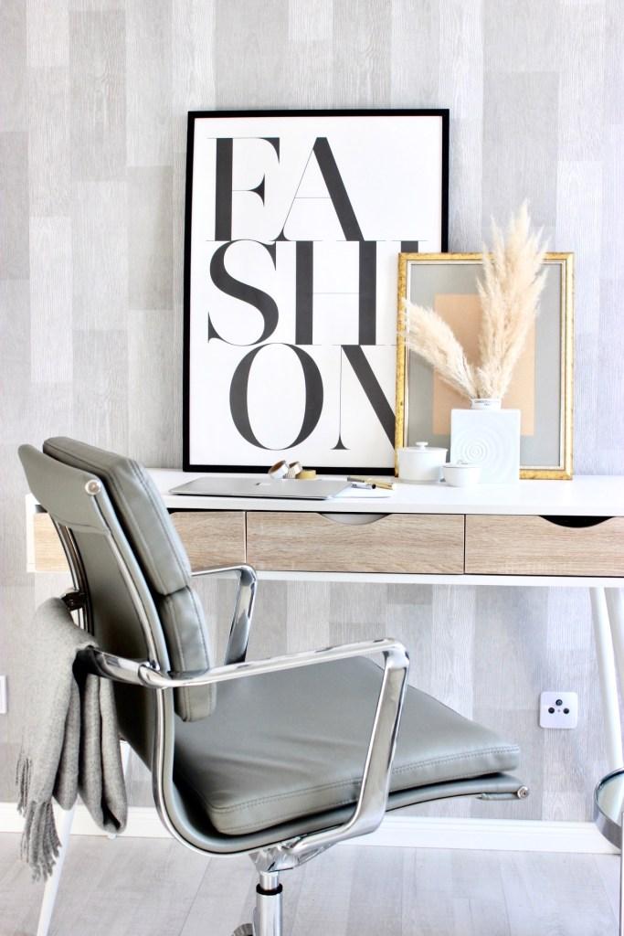 Arbeitszimmer Interior im skandinavischem Wohnstil mit Bürostuhl in grau von Cult Furniture und Schreibtisch von Wayfair.