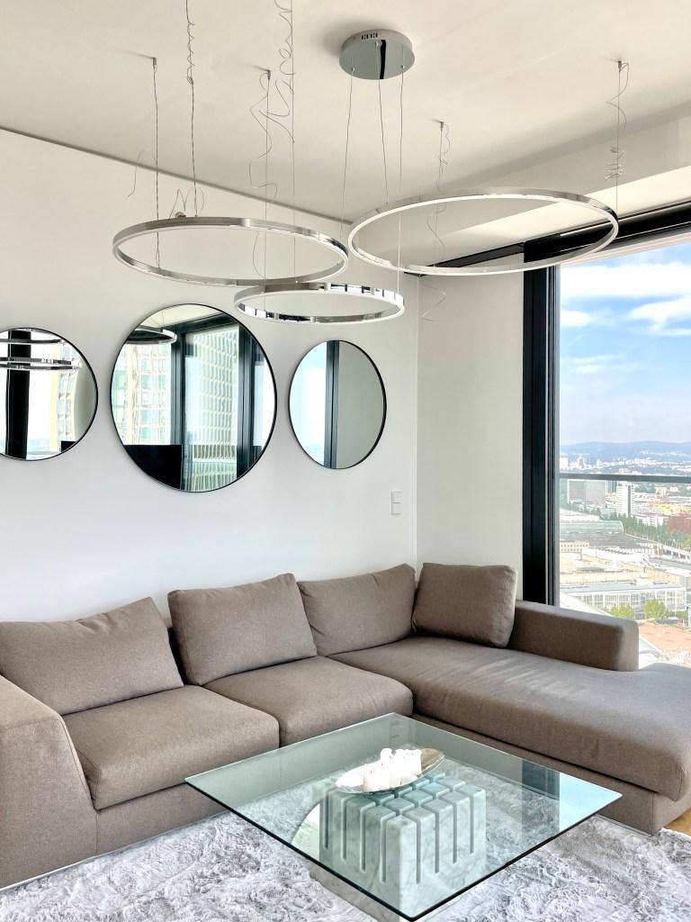 Puristisches Design mit Skapetze s.Luce LED Ringleuchten im Luxus Wohnzimmer in Frankfurt auf Wohnblog Deutschland