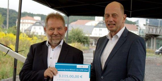 Bild Dr. Ulrich Palzer (li.) und Wolfgang Tiefensee (re.) mit Fördermittelbescheid