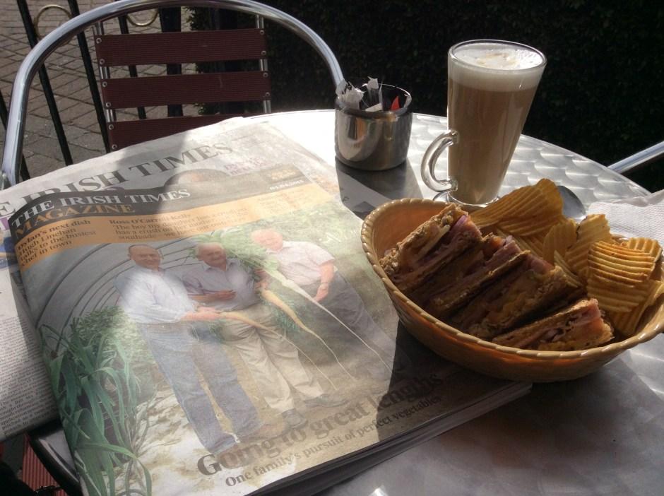 Aamulatte, sandwich sipseineen ja Irish times.
