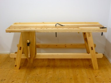 The finished workbench from the side. The long stretchers, made of pine, have keyed trough tenons. Photo: Anton Nilsson