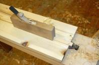Kopi av ein glashøvel i samlinga til Sjur Nesheim. Med denne høvlar ein profilen på innsida av sprosser til vindauge. Foto: Atle Østrem