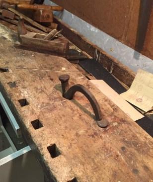 Høvelbenk med ronghake. Dette er frå Stette i Skodje kommune. Høvelbenken er 84 cm høg og 236 cm lang. Foto: Peter Brennvik
