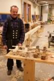 Jon med nye og gamle golvplogar. Foto: Roald Renmælmo