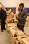Jon og Einar arbeider med golvplogar. Foto: Roald Renmælmo